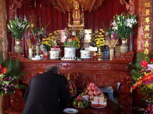 Ý nghĩa của cách bày bát hương trên bàn thờ gia tiên